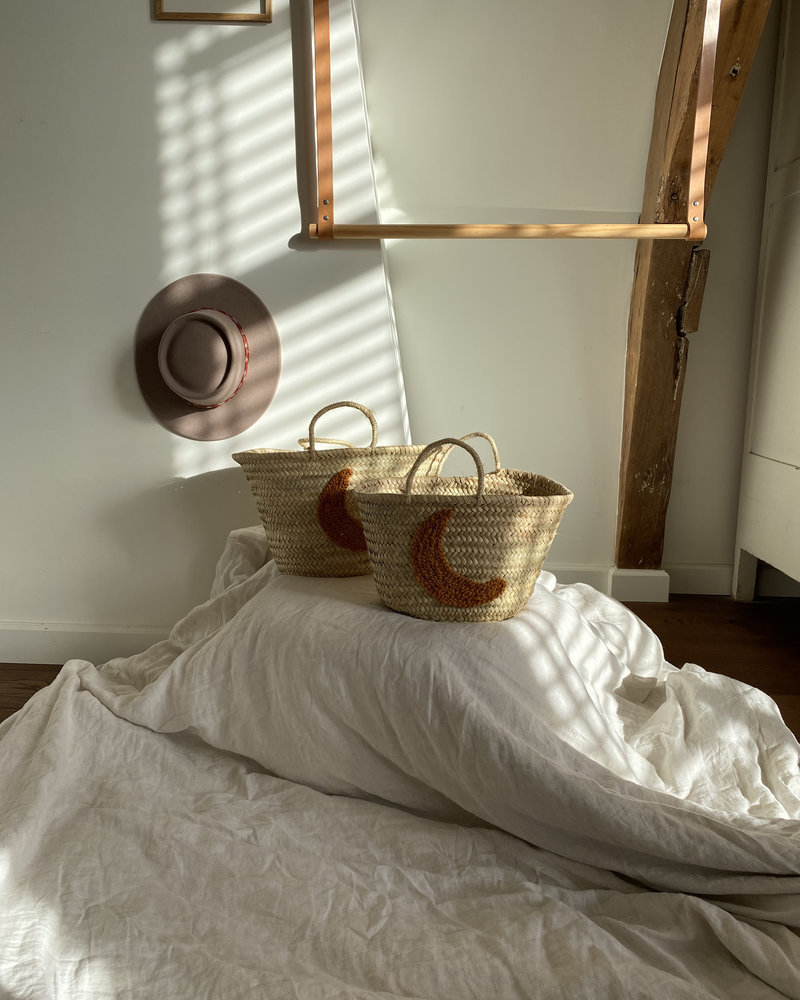The Souks x Dappermaentje - Handwoven straw basket moon bronze