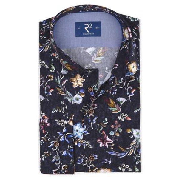 R2 Zwart overhemd met all over gekleurde bloemenprint. Het overhemd heeft een widespread boord, een moderne fit en bruine knopen.