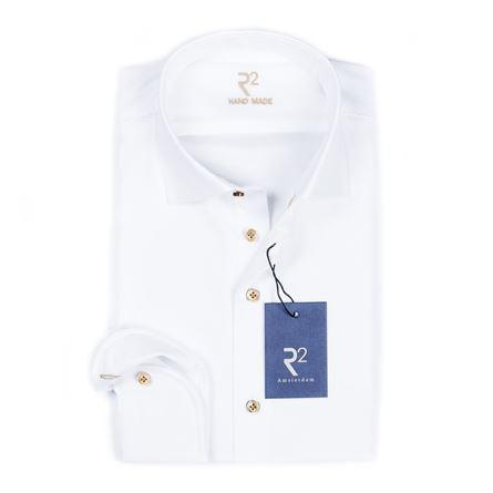 R2 Wit uni overhemd met beige knopen en beige knoopsgat op de manchet. Het shirt is met de handgemaakt en heeft speciaal garen op de schouders. Het shirt heeft een cutaway boord.