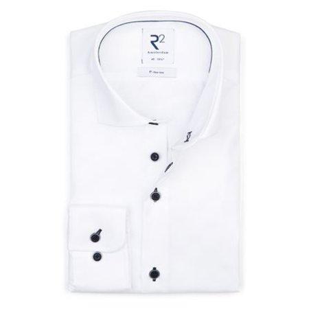 Wit strijkvrij overhemd, blauwe knopen.