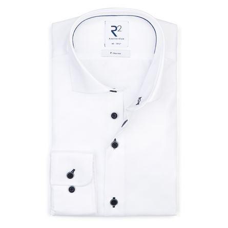 Dit strijkvrije witte overhemd met blauwe knopen is ideaal voor als u op reis gaat of als strijken niet uw hobby is.