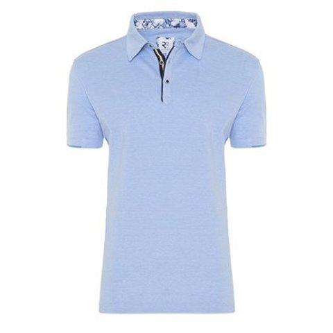 Hellblaues einfarbiges Polohemd.