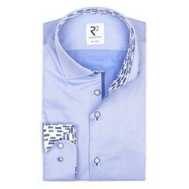 Lichtblauw effen katoenen overhemd.
