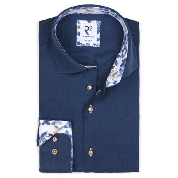 Donkerblauw linnen overhemd.