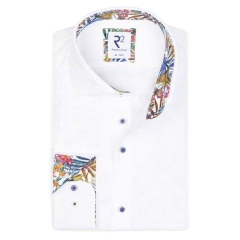 Wit linnen overhemd.