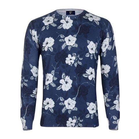 Pullover mit blauem Blumendruck.