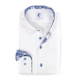 R2 Weißes einfarbiges Baumwollhemd mit Brusttasche.