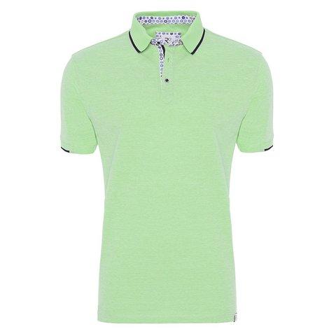 Neongrünes Polohemd.