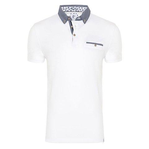 Weißes Polohemd mit Kontrast.
