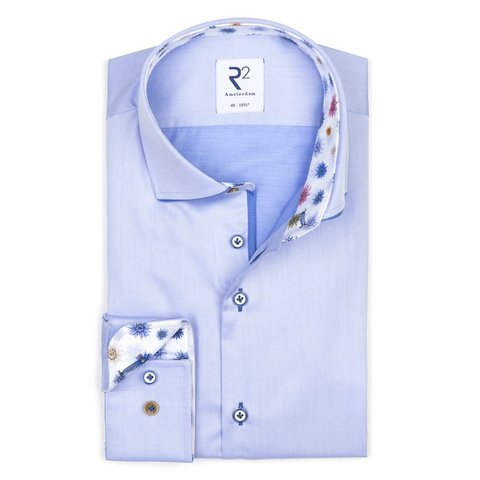 Hellblaues einfarbiges Baumwollhemd.
