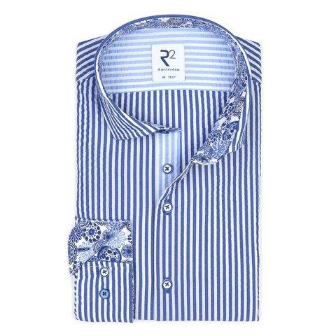 Wit blauw gestreept katoenen seersucker overhemd.