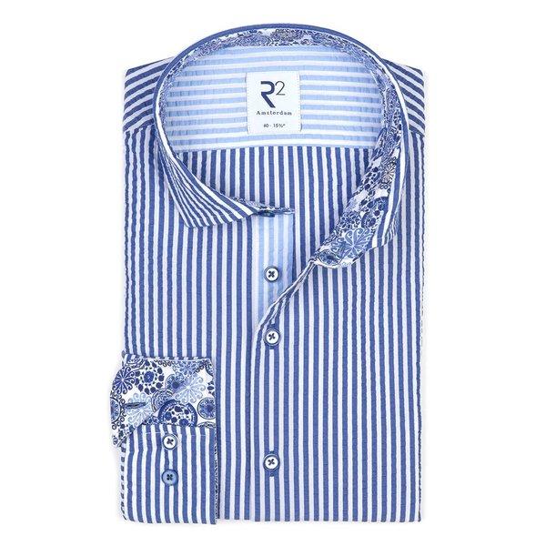 R2 Wit blauw gestreept katoenen seersucker overhemd.
