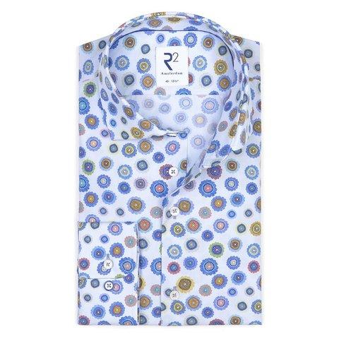 Hellblaues Baumwollhemd mit Blumenmuster.