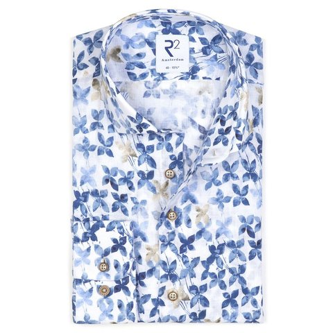 weißes Leinenhemd mit Blumendruck.