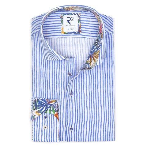 Weiß-blau gestreiftes Leinenhemd.