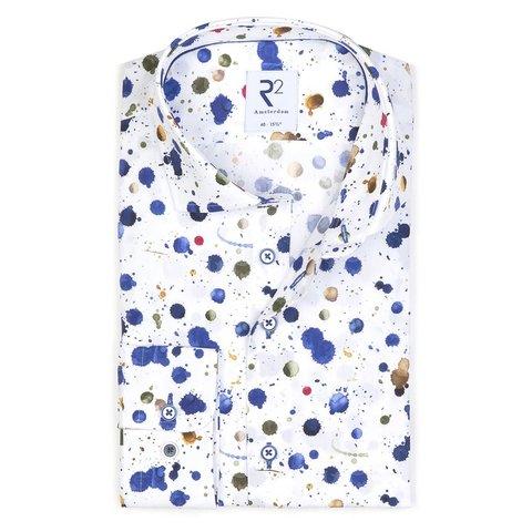 Weißes Baumwollhemd mit Farbsplatter.