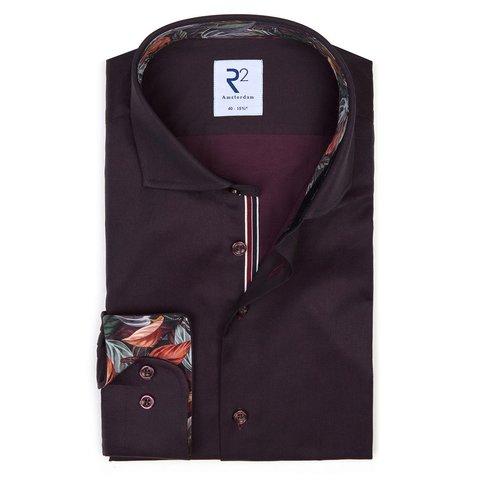 Hemd aus bordeauxfarbener Baumwolle.