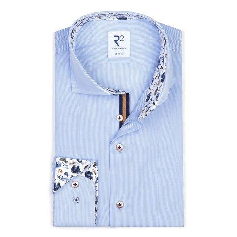 Wit met blauw gestreept katoenen overhemd.