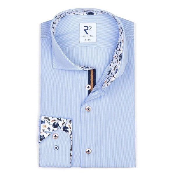 R2 Weiß mit blau gestreiftem Baumwollhemd.