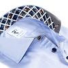 Extra lange Ärmel. Hellblaues Herringbone Baumwollhemd.