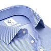 Blaues bügelfreies gestreiftes Baumwollhemd.
