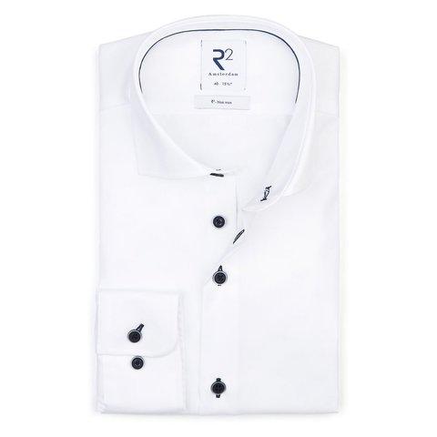 Bügelfreies weißes Baumwollhemd.