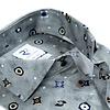 Extra lange Ärmel. Graues Baumwollhemd mit grafischer print.
