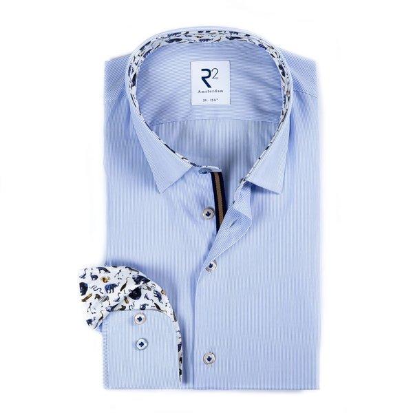 Weiß mit blau gestreiftem Baumwollhemd.
