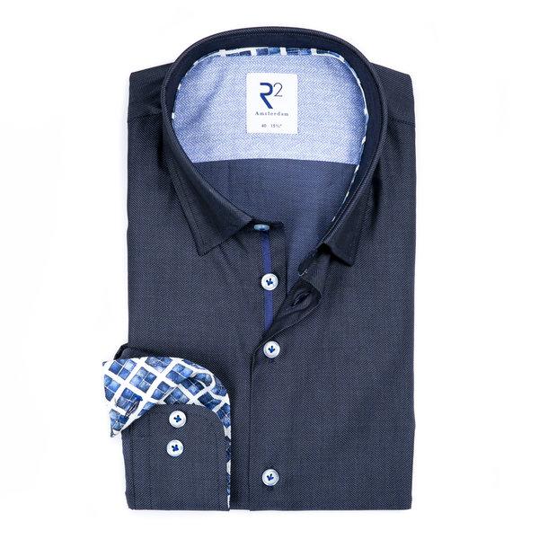 Marineblaues Herringbone Baumwollhemd.