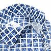 Extra lange Ärmel. Weiß-blaues Baumwollhemd mit grafischer print.