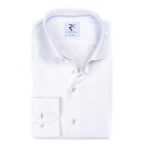 Wit strijkvrij katoenen overhemd.