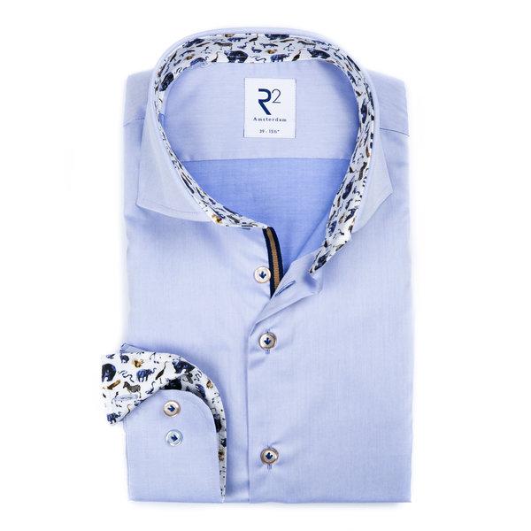 Blauw katoenen overhemd.