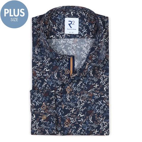 Plus size. Donkerblauw letter-cijfer print katoenen overhemd.