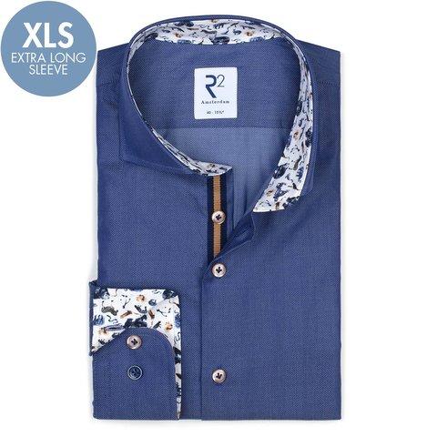 Extra lange Ärmel. Blaues Herringbone-Baumwollhemd.