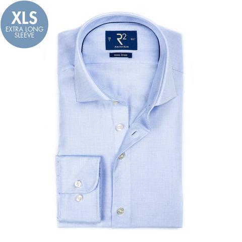 Extra lange Ärmel. Blaues bügelfreies Baumwollhemd.