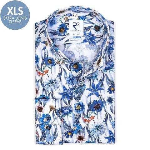 Extra lange Ärmel. Baumwollhemd mit blauem Blumendruck.