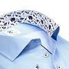 Extra lange Ärmel. Hellblau gestreiftes Baumwollhemd.