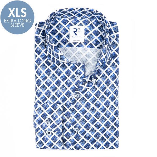 R2 Extra lange Ärmel. Weiß-blaues Baumwollhemd mit grafischer print.