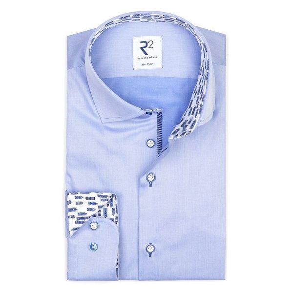 Lichtblauw katoenen overhemd.