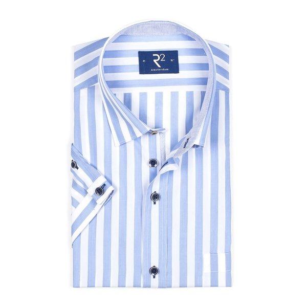 R2 Wit korte mouw overhemd met lichtblauwe strepen.