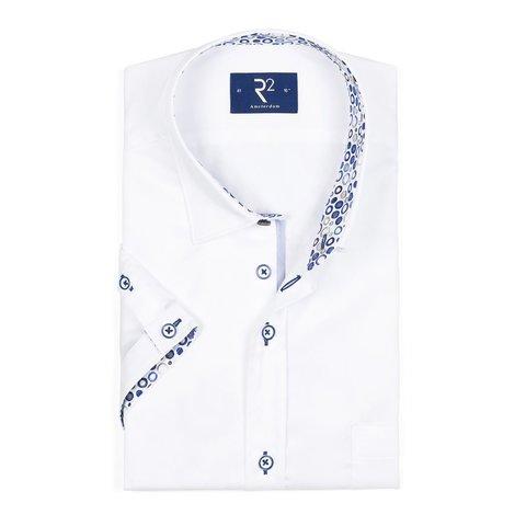 Kurzärmeliges weißes Baumwollhemd.