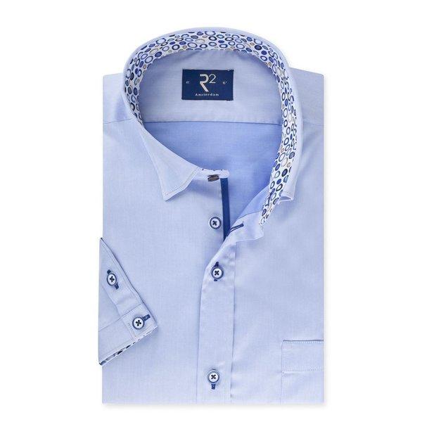 R2 Lichtblauw korte mouw overhemd met bolletjes contrast.