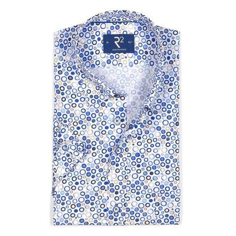 Wit korte mouw overhemd met blauwe bolletjes.