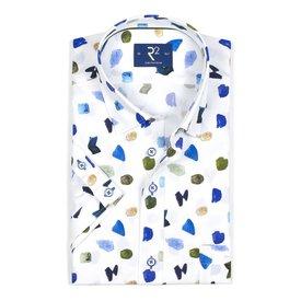 Wit korte mouw overhemd met abstracte vormen.