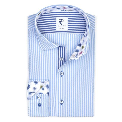 Lichtblauw gestreept seersucker katoenen overhemd.