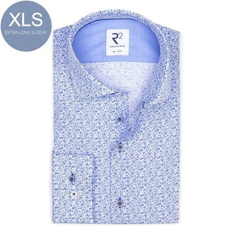 Extra lange Ärmel. Hellblaues Baumwollhemd mit Blumendruck.