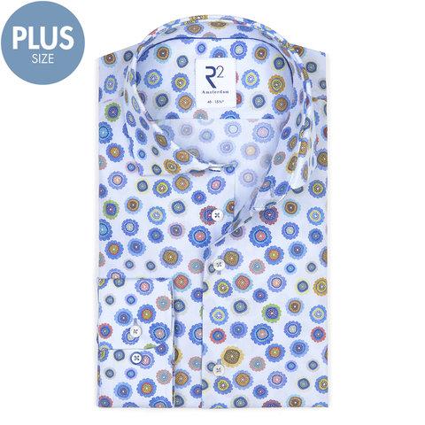 Plus Size. Hellblaues Baumwollhemd mit Blumenmuster.