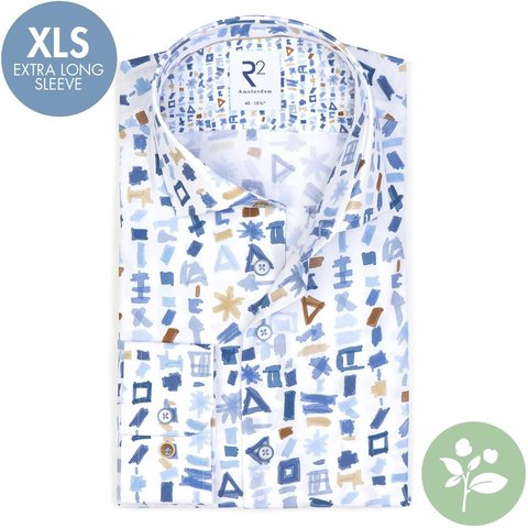 Extra lange Ärmel. Weißes Baumwollhemd mit Musterdruck. Organic Baumwolle.