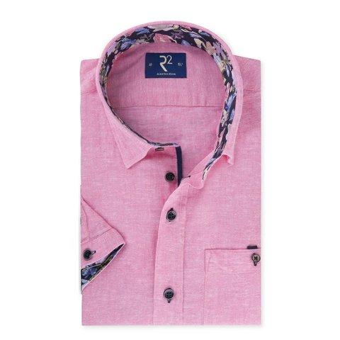 Kurzärmeliges rosa Leinenhemd.