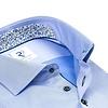 Blaues Baumwollhemd.
